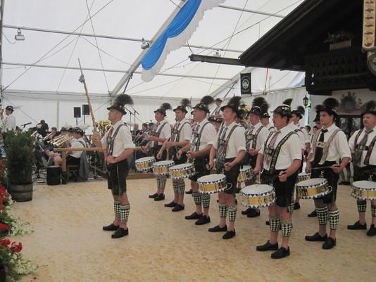 Foto Trommlerzug Garmisch im Festzelt bei der Festwoche